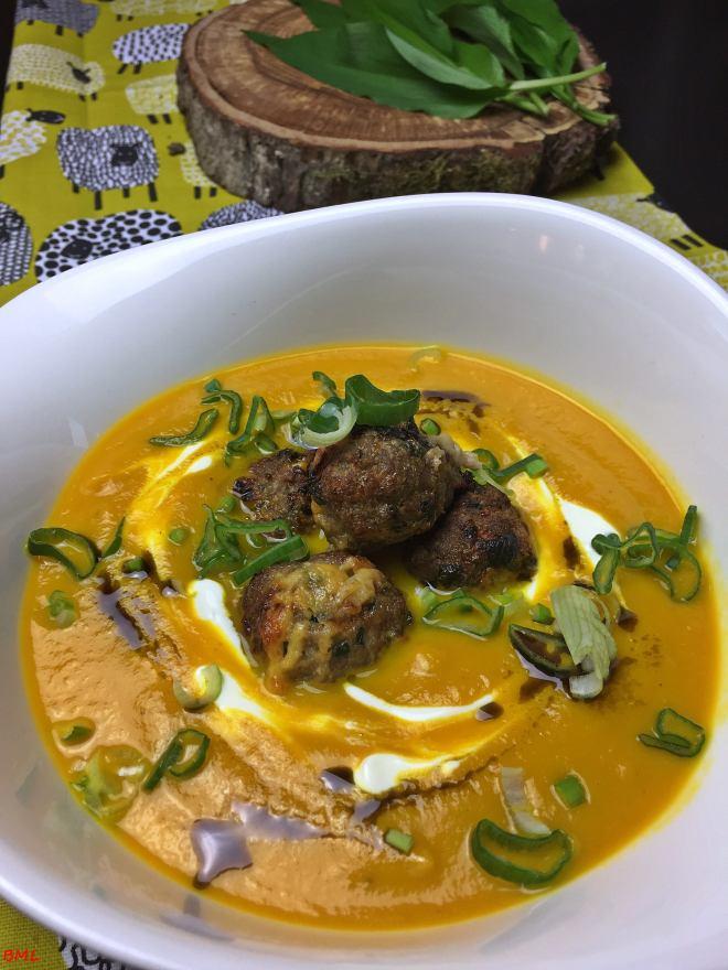 Karottensuppe mit Bärlauchfrikadellen