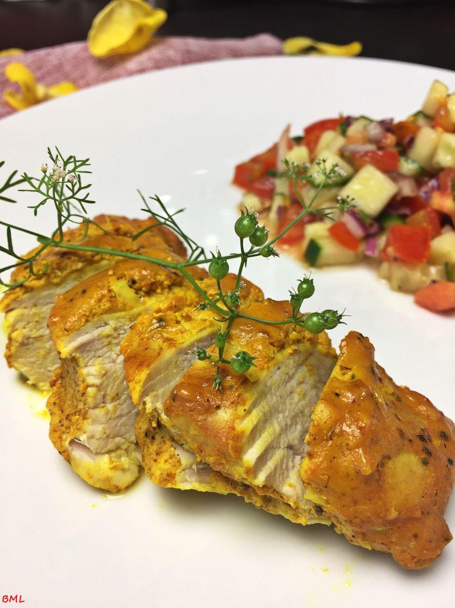 Curry-Joghurt-Hühnchen mit Tomaten-Gurken-Salat