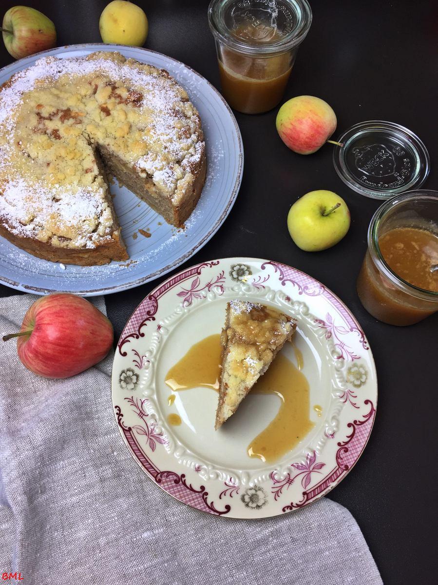 Irischer Apfel-Streuselkuchen mit einem Salzkaramell