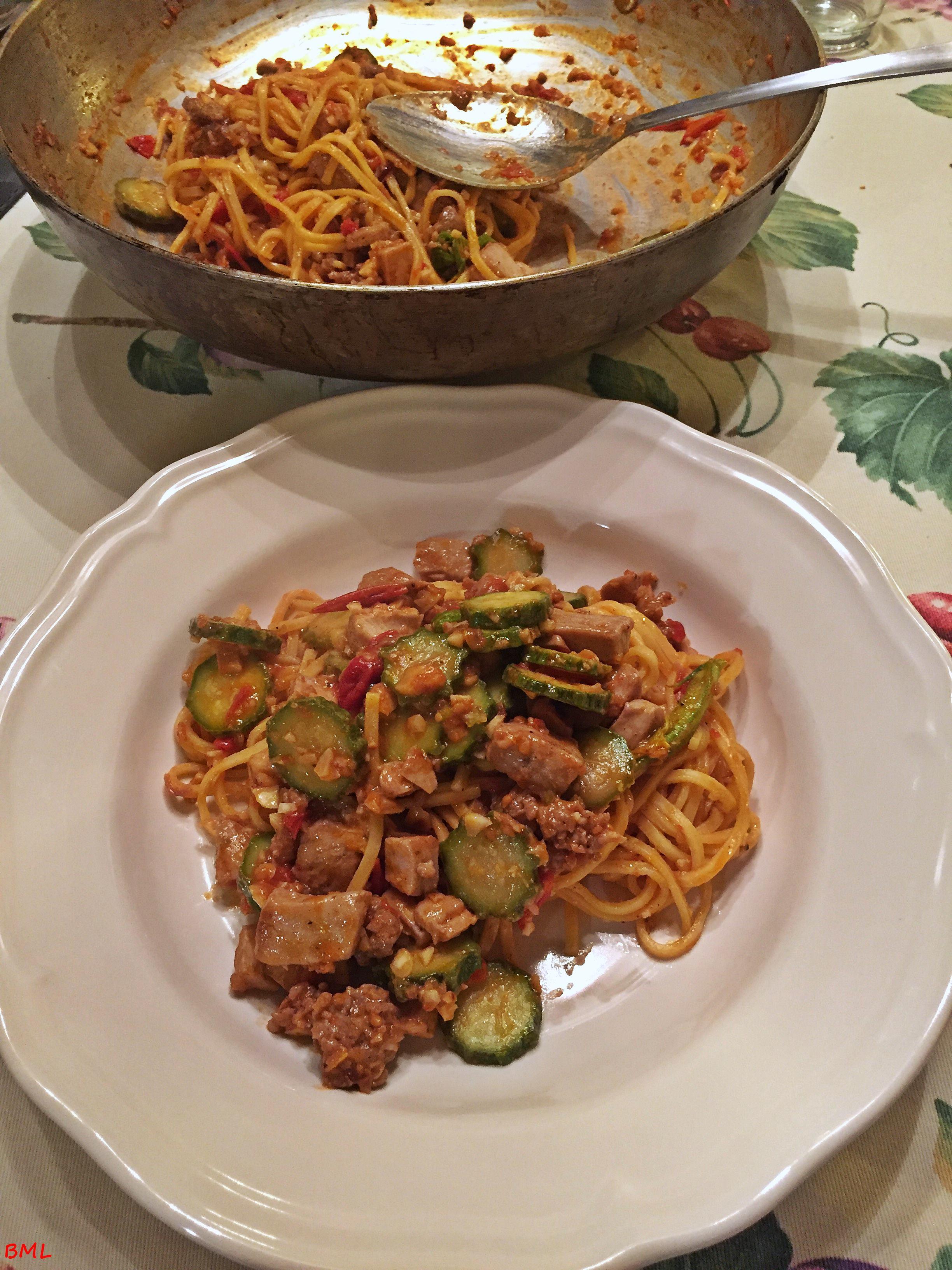 Pasta mit Thunfisch, Salsiccia und Mandeln