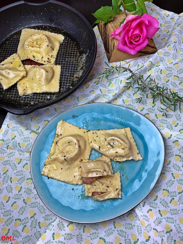 Ravioli mit einer Füllung aus Schinken, getrockneten Tomaten, Basilikum und Mozzarella…nach Jamie Oliver ( Kochen mit Jamie Oliver…The Naked Chef, das Original )