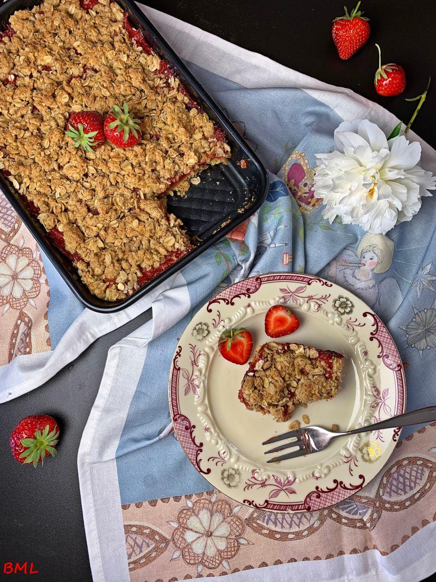 Erdbeer-Rhabarber-Schnitten mit Haferflocken-Crunch
